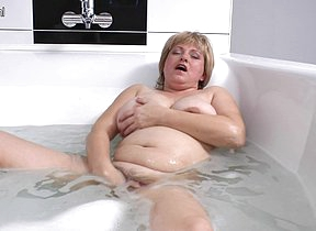 Hairy chubby mama playing in the bath