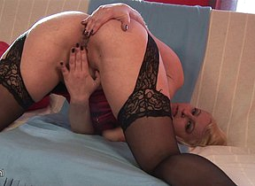 Blonde MILF Nikole loves to play alone