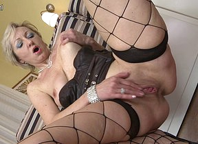 Sexual mature housewife loves to play with herself