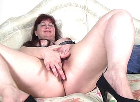 Chubby Dutch mature slut playing with herself